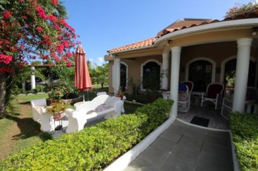 Villa with total privacy and large Backyard in Sabaneta