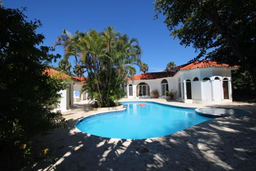 #9 Villa with 2 guest-houses and swimming-pool on a beautiful beach