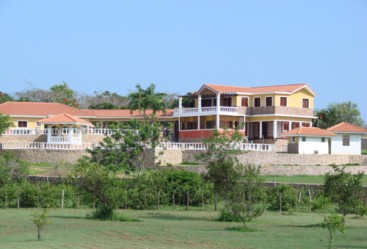 Large villa with guesthouse in gated community