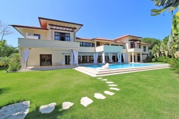Luxury mansion in a prestigious gated beachfront community