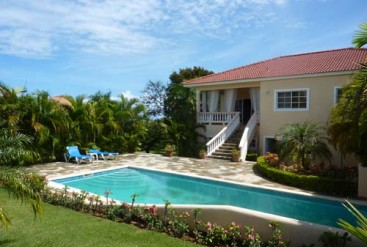 Spacious three bedroom villa with separate apartment in gated community